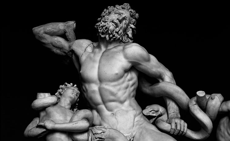 statua greca con addominali scolpiti