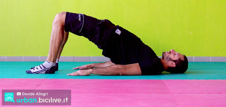 esercizio del punte gluteo per la prevenzione del mal di schiena