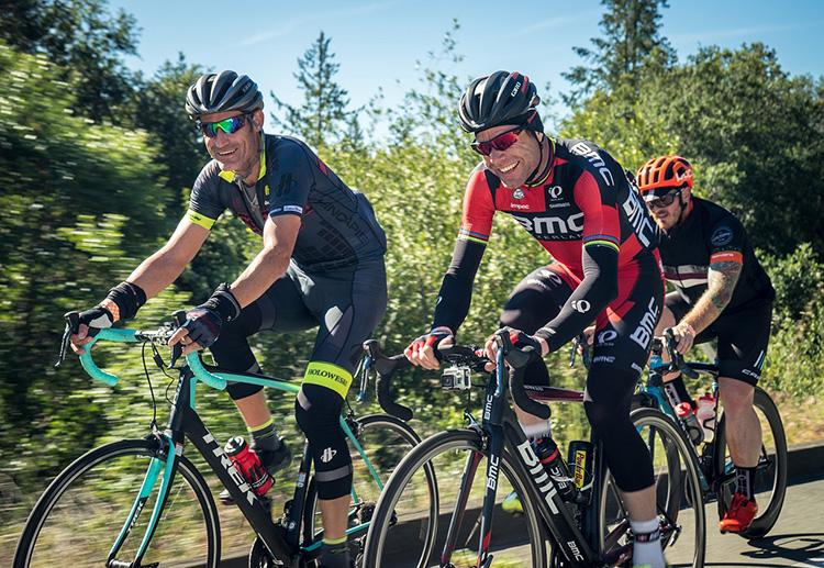 gruppo di ciclisti appassionati