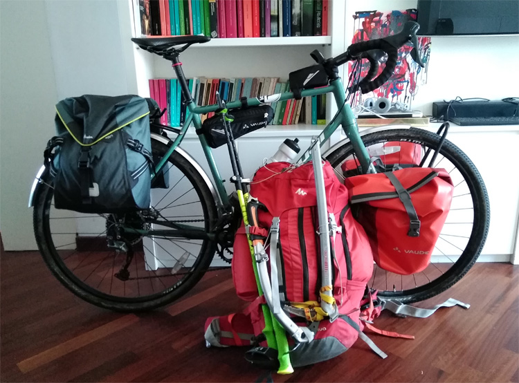 La bici e lo zaino di Luigi Peverelli per il cicloalpinismo