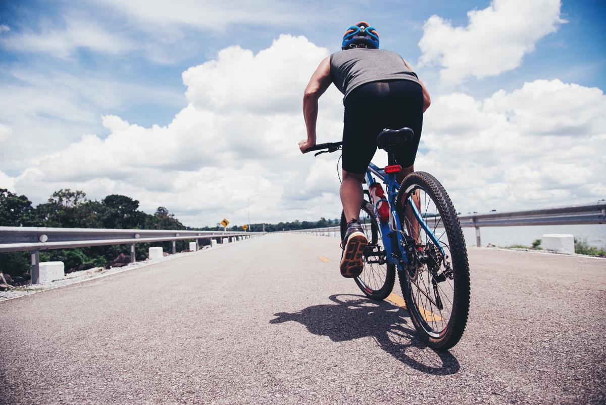 Un ciclista amatoriale che viaggia in bicicletta