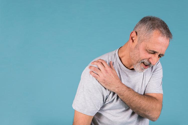 Un uomo con problemi e dolore alla Cuffia dei Rotatori