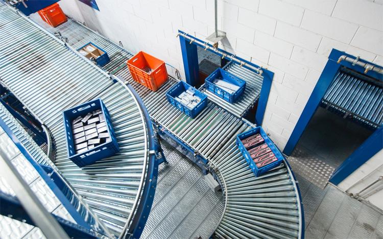 Rullovie del magazzino Hive trasportano celle piene di prodotti