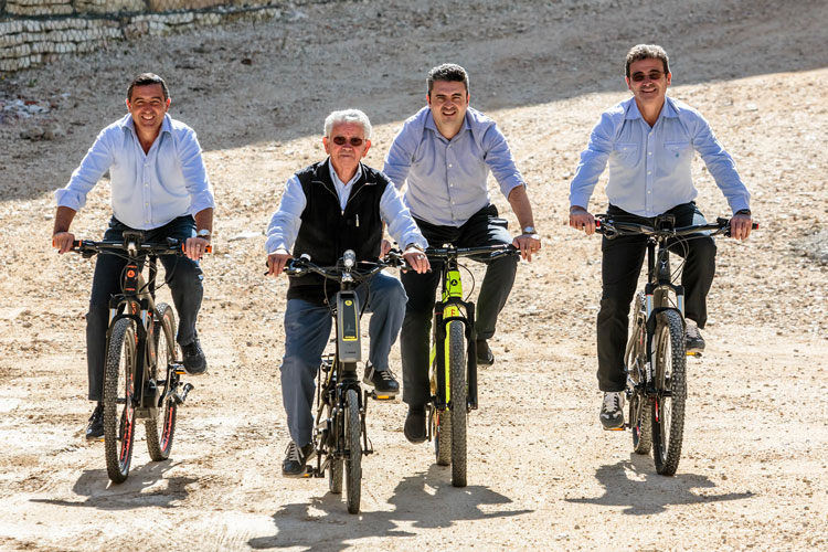 La famiglia Lombardo in sella alle proprie biciclette
