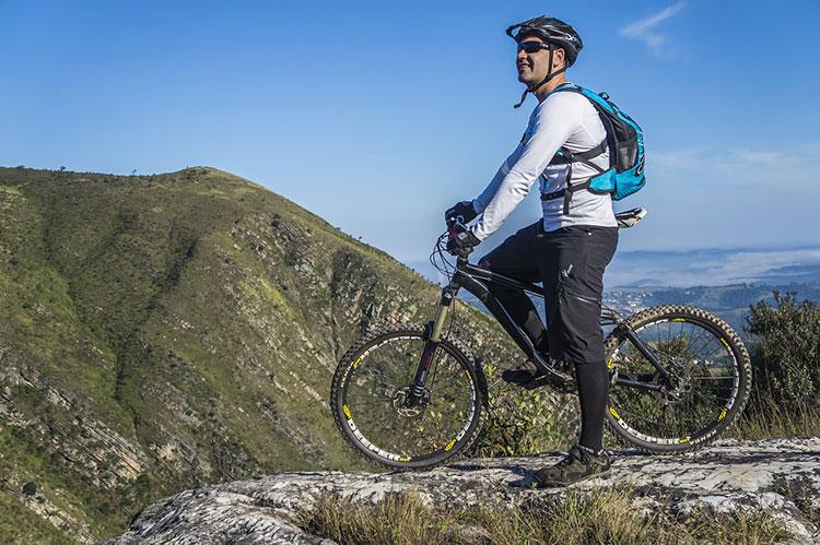 Ciclista con abbigliamento adatto contro il formicolio alle mani