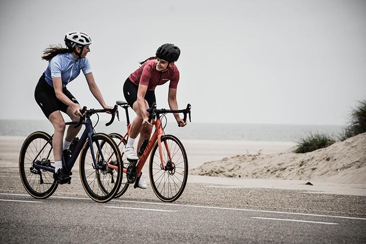 Due cicliste con una corretta postura contro il formicolio alle mani