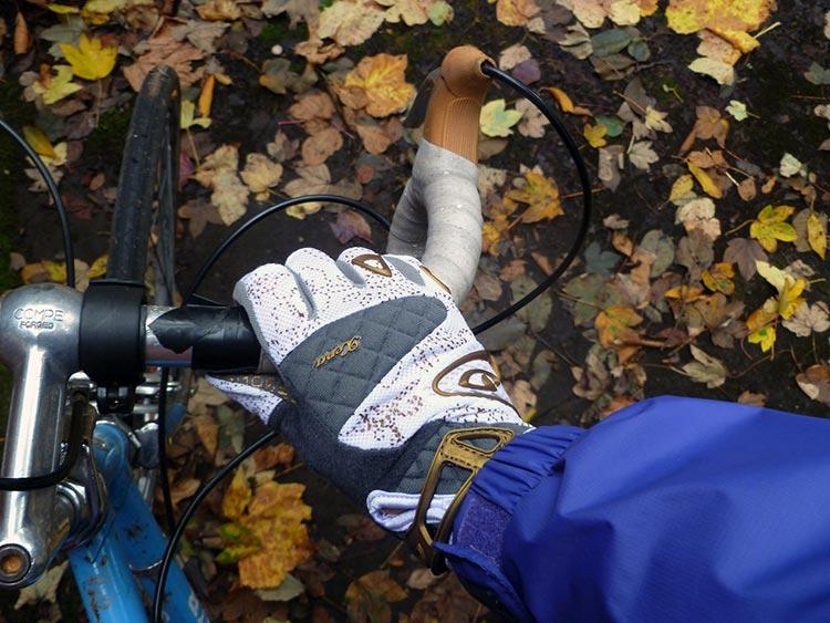 Mano ciclista con guanto tecnico