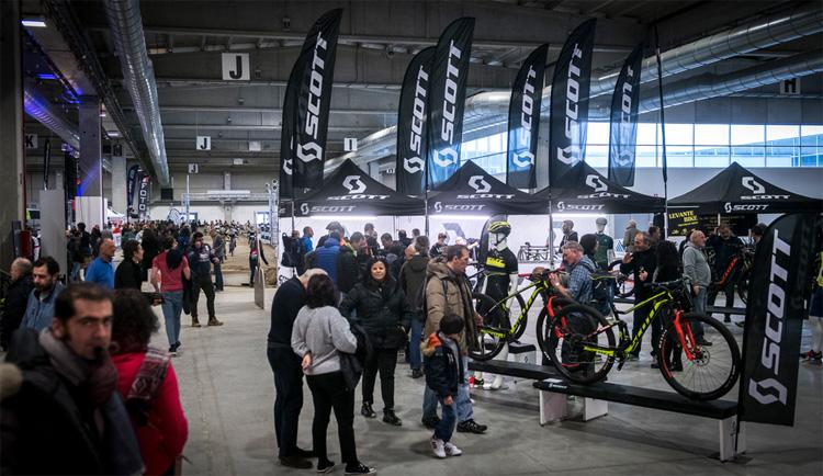 Curiosi tra gli stand al Bike Spring Festival