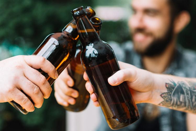 brindisi con birre tra amici ciclisti