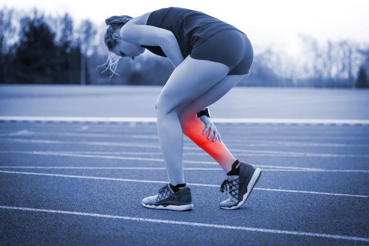 sportiva colta da crampo al polpaccio