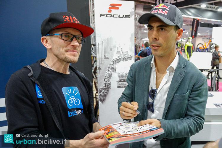 Marco Aurelio Fontana autografa il Catalogo delle Bici Elettriche