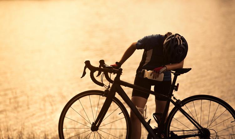 ciclista affaticato o con i crampi