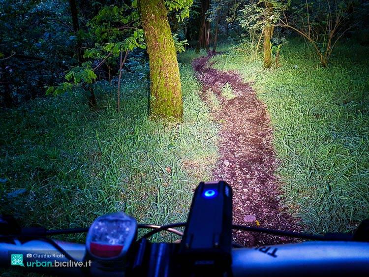 ciclista durante un'uscita notturna in bicicletta
