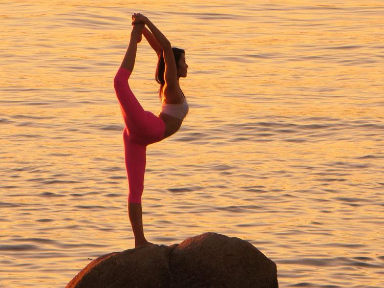 ragazza allunga i muscoli facendo yoga