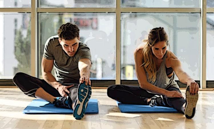 Donna e uomo eseguono un esercizio di stretching