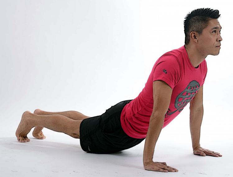 Un uomo fa un esercizio di stretching alla schiena