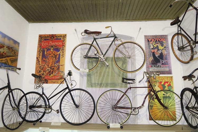 Alcune bici esposte al museo Velocipedi e biciclette antiche - Collezione privata A. & C. Azzini