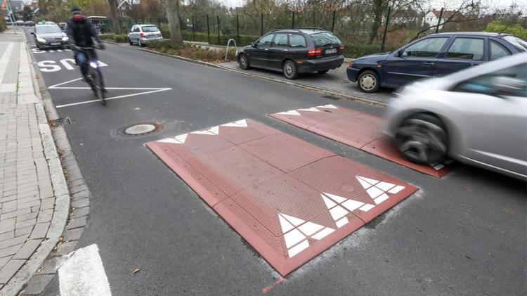 Due cuscini berlinesi installati al centro di una carreggiata stradale