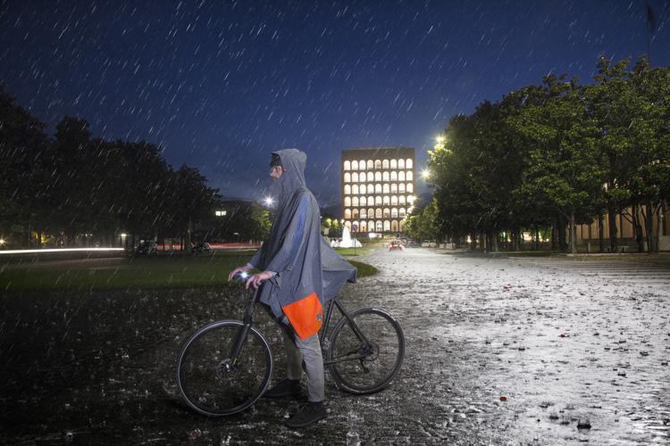 foto di un ciclista con il poncho AWA