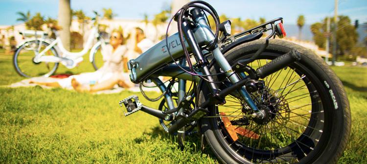 Una bici elettrica pieghevole ripiegata al parco