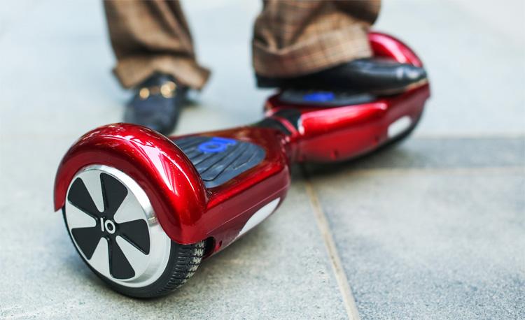 Un hoverboard su un marciapiede urbano