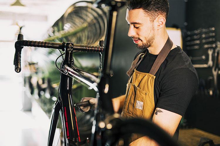 Un ciclomeccanico al lavoro su una bicicletta