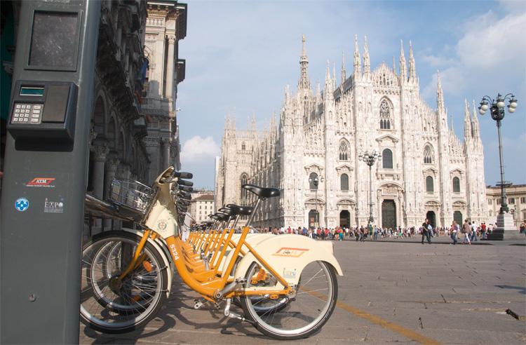 Biciclette BikeMi in piazza Duomo a Milano