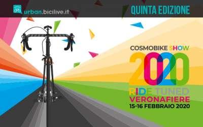 urban bici che viaggia su sfondo colorato evento cosmobike show 2020 bici