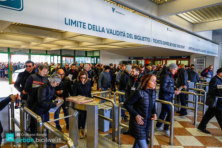 folla che entra alla cosmobike show con i biglietti acquistati 2019