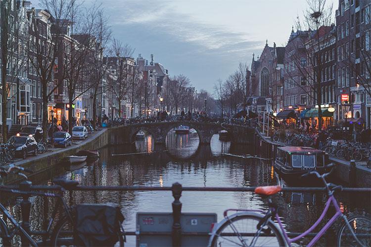 Biciclette, auto, e barche nel centro di Amsterdam
