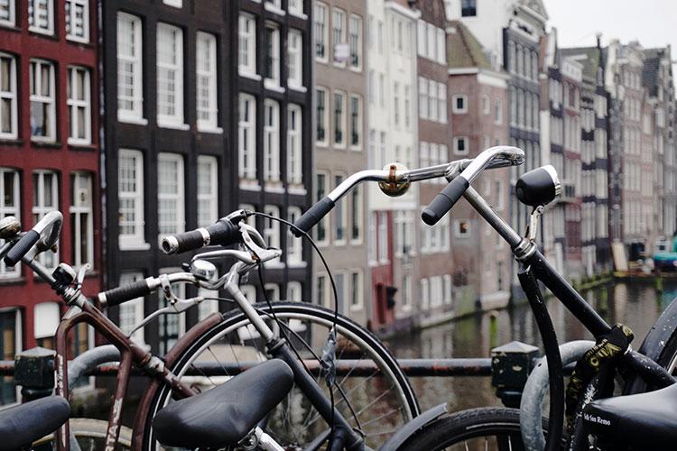 Biciclette in sosta su un ponte nel centro storico di Amsterdam