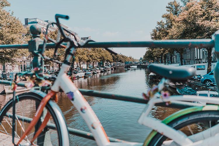 Alcune biciclette parcheggiate sui canali di Amsterdam
