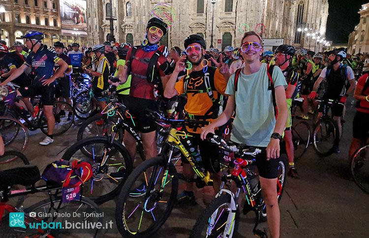 ragazzi durante la Bike Night 2019 davanti al Duomo di Milano