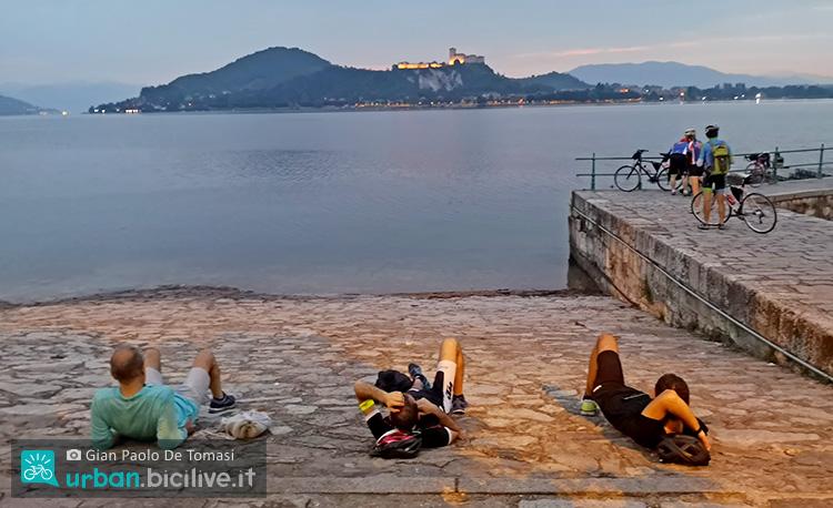 pausa durante la bike night davanti al lago maggiore
