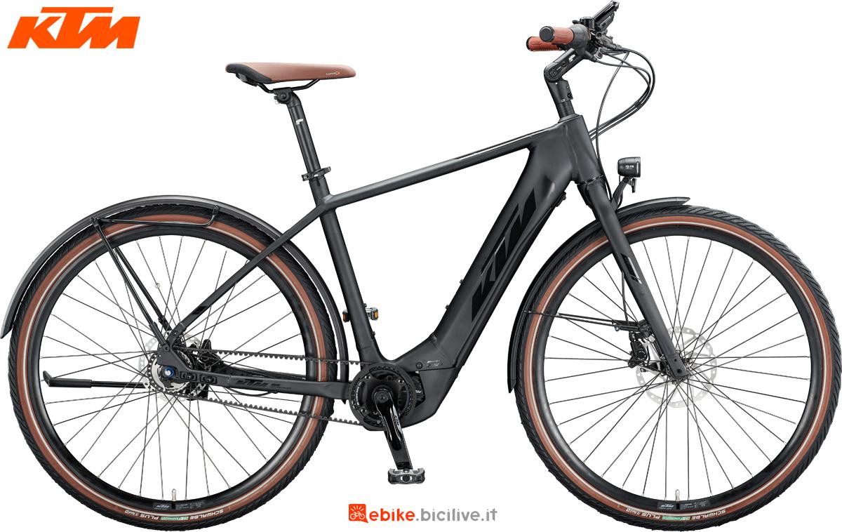 Una bicicletta elettrica a pedalata assistita KTM Macina Gran 610 nella versione da uomo