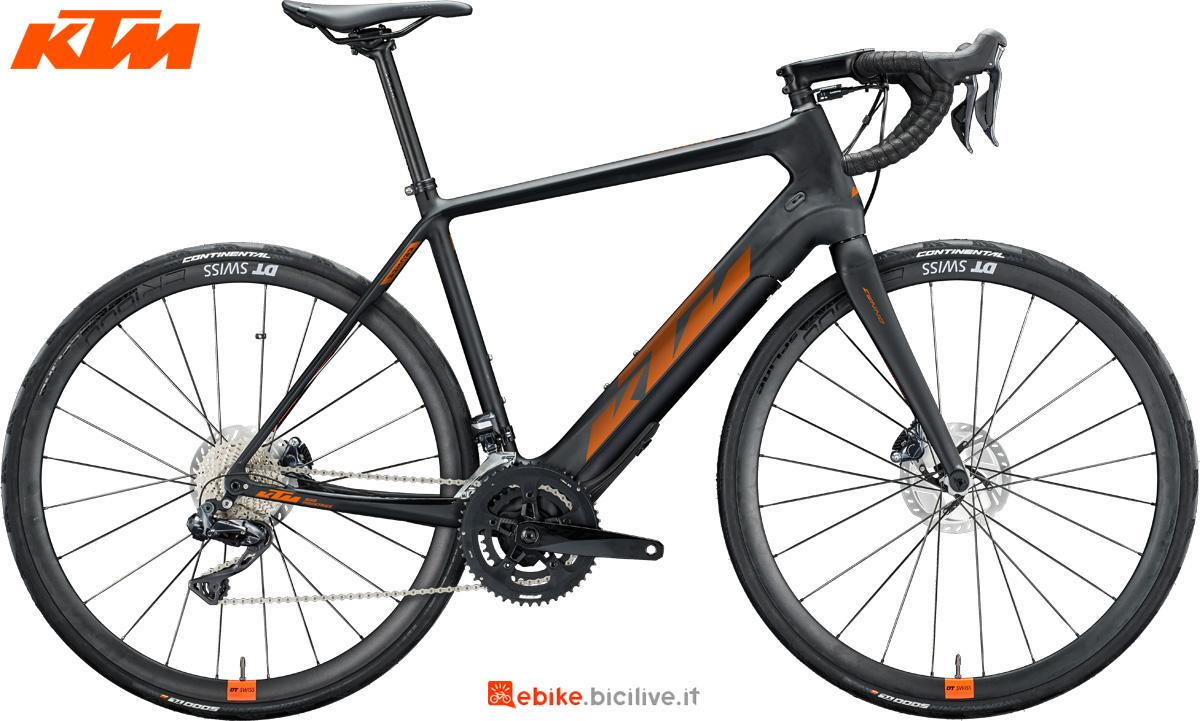 Una bicicletta da corsa elettrica (eRoad) KTM Macina Mezzo anno 2020