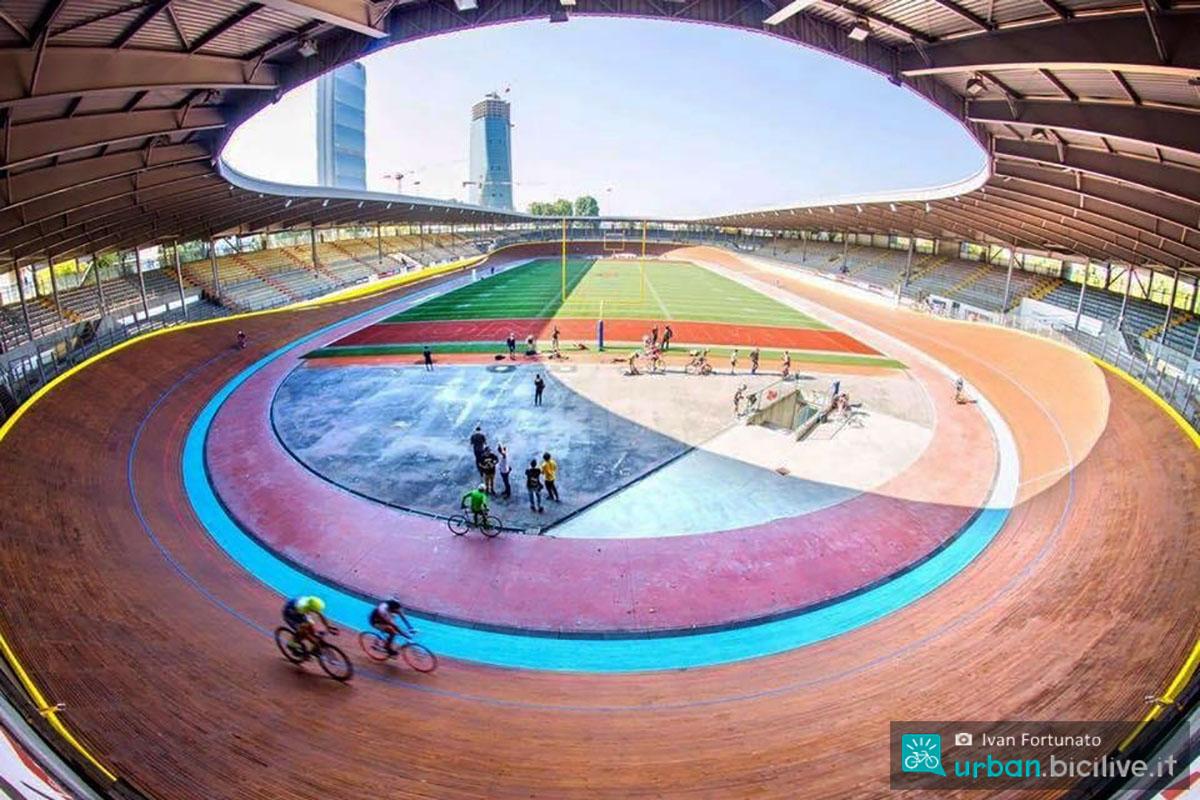 La vista del Velodromo Vigorelli con ciclisti in preparazione