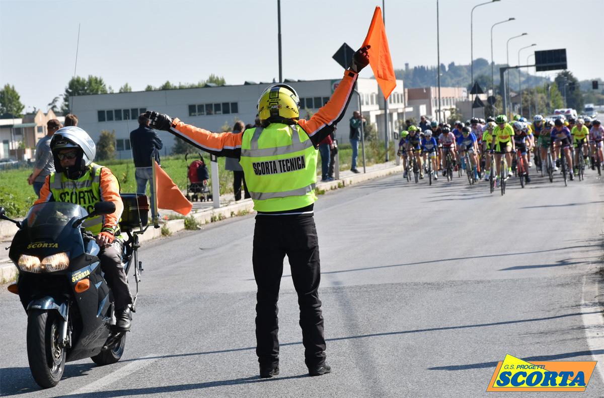 Addetto alle segnalazioni durante una gara di ciclismo su strada