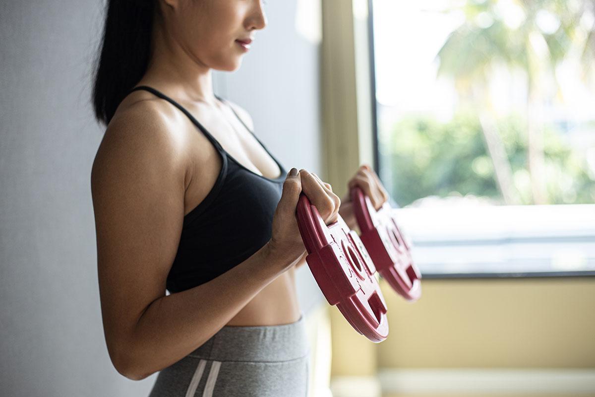 Una donna che va in palestra per combattere la cellulite