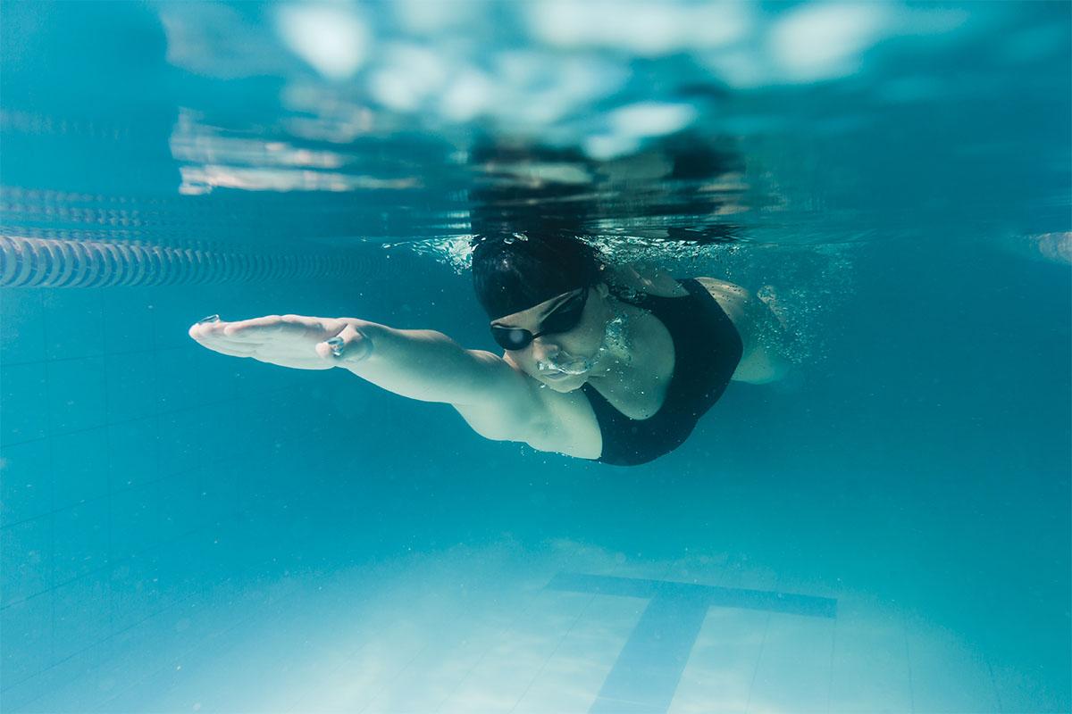 Una donna che nuota per combattere la cellulite