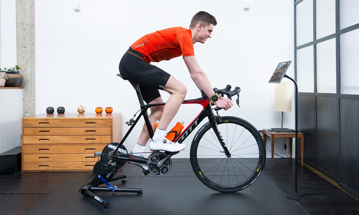 foto di un ciclista sui rulli