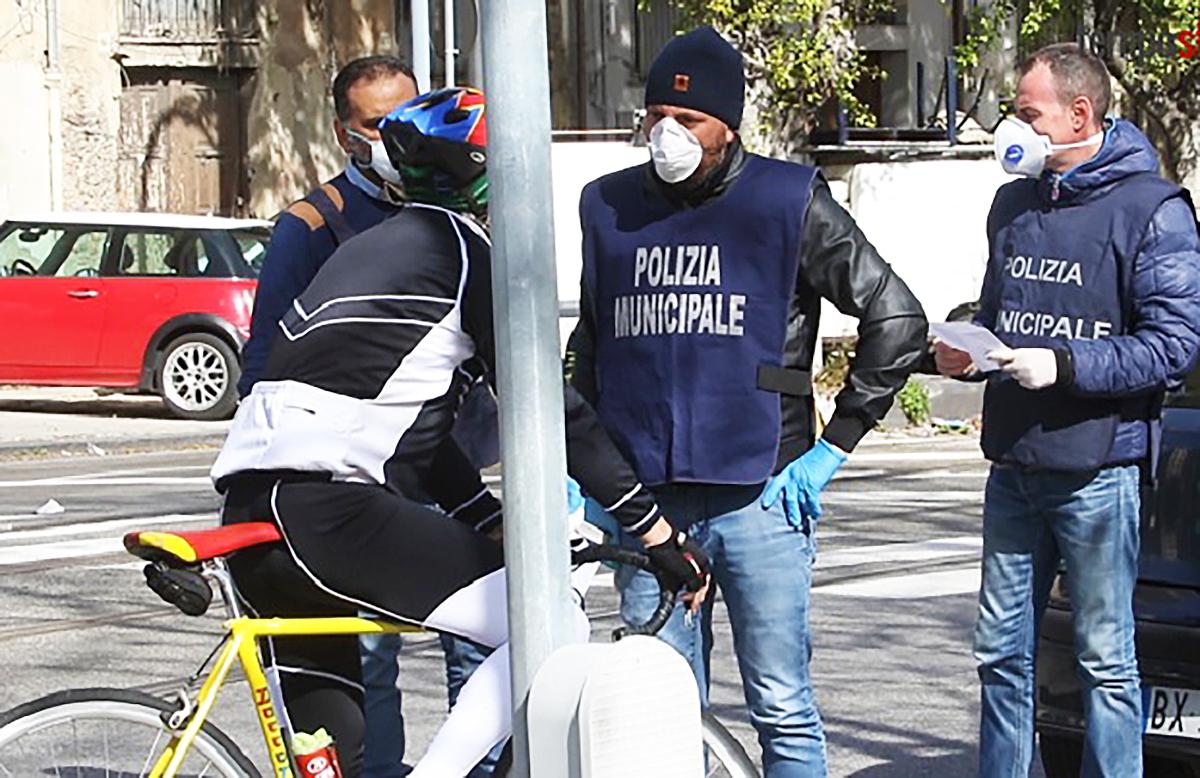 foto della polizia minucipale durante un controllo a un ciclista