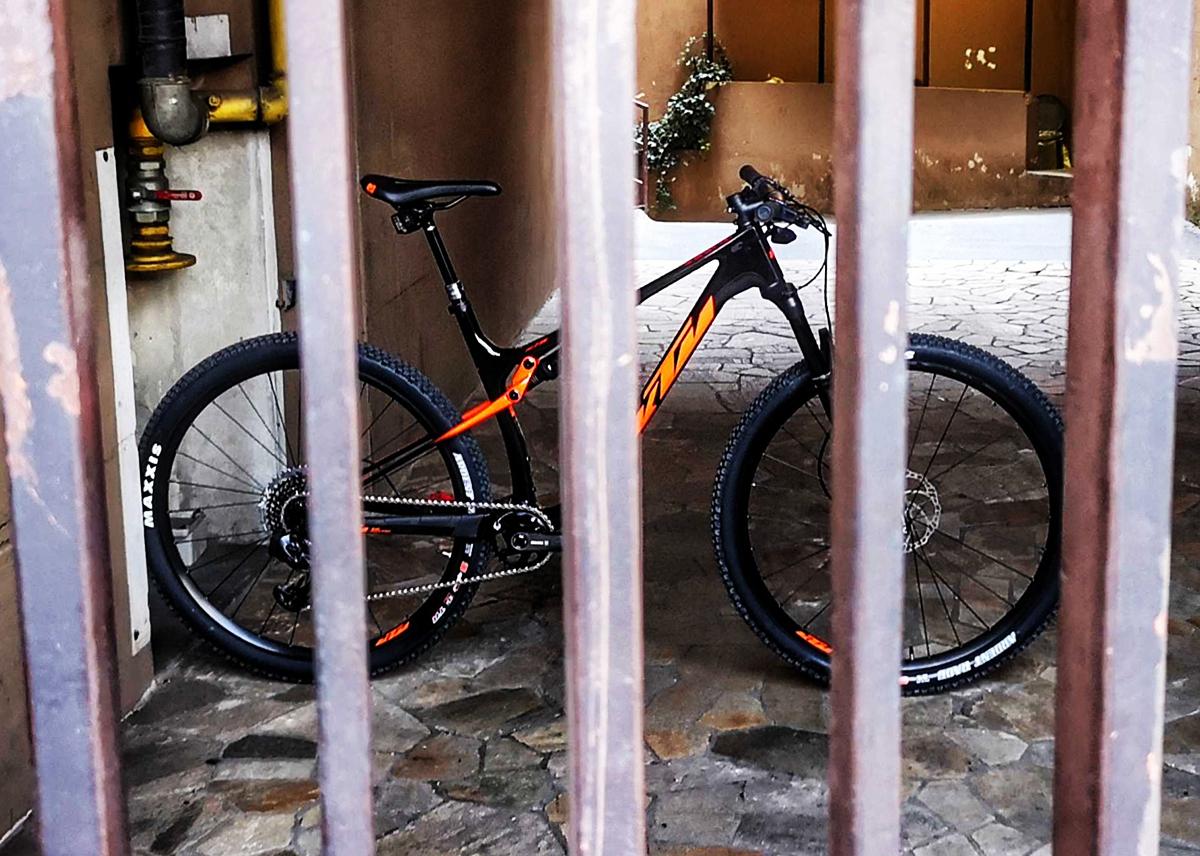 foto di una bici dietro alle sbarre
