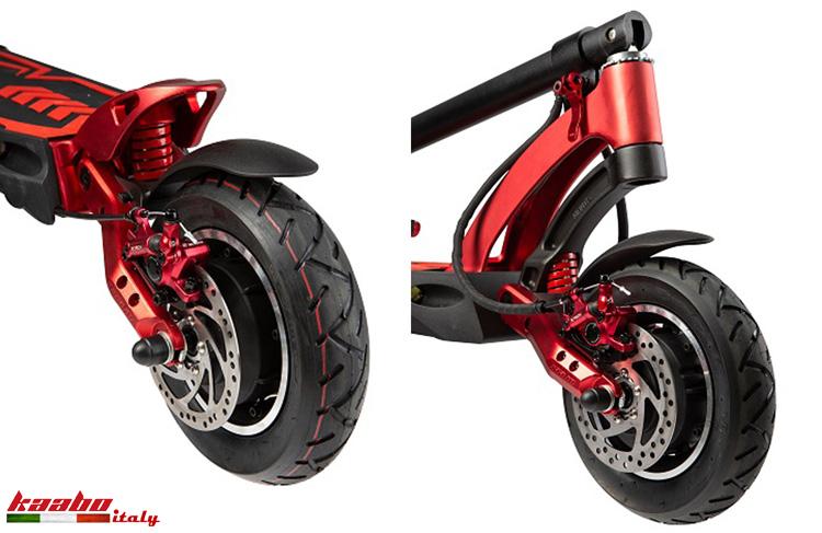 Le ruote larghe, le sospensioni e i freni a disco anteriori e posteriori dell'e-Scooter Kaabo Mantis