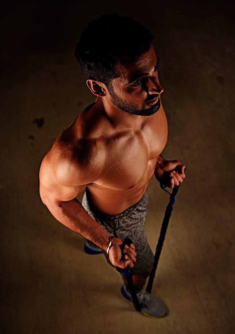 Un uomo fa esercizi tirando la corda