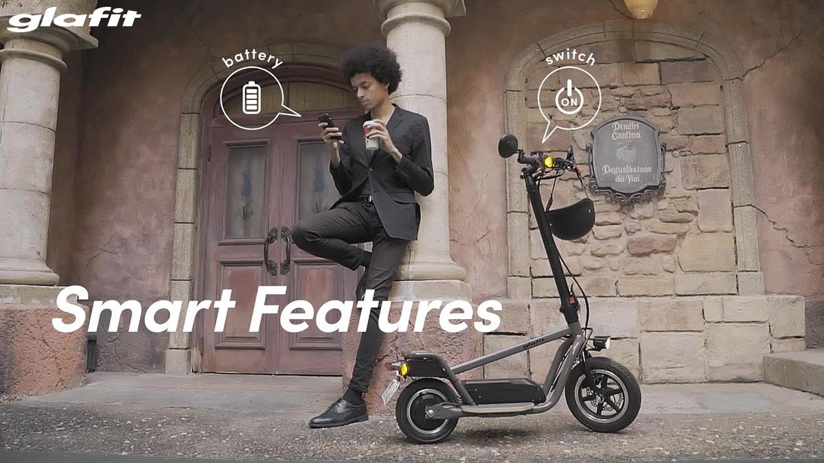 Un ragazzo che si connette al monopattino Glafit X-Scooter LOM con l'app 2020