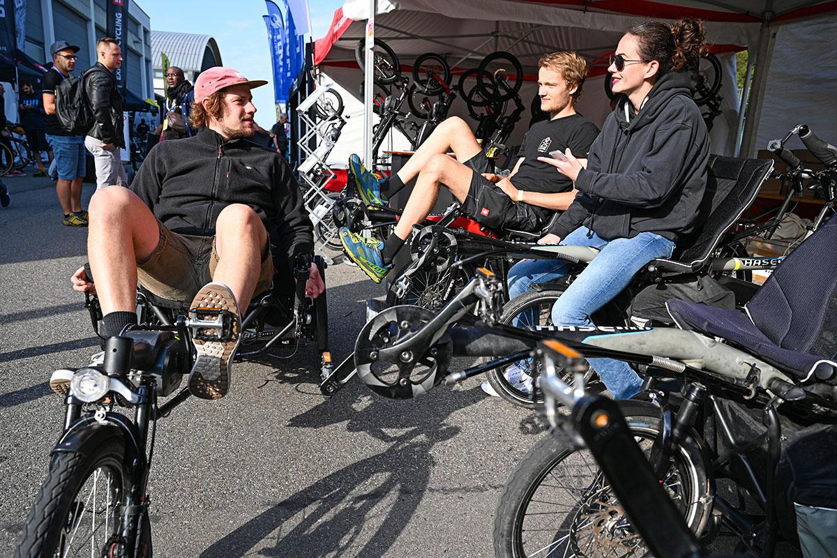 La gente che prova le bici nell'area demo all'Eurobike