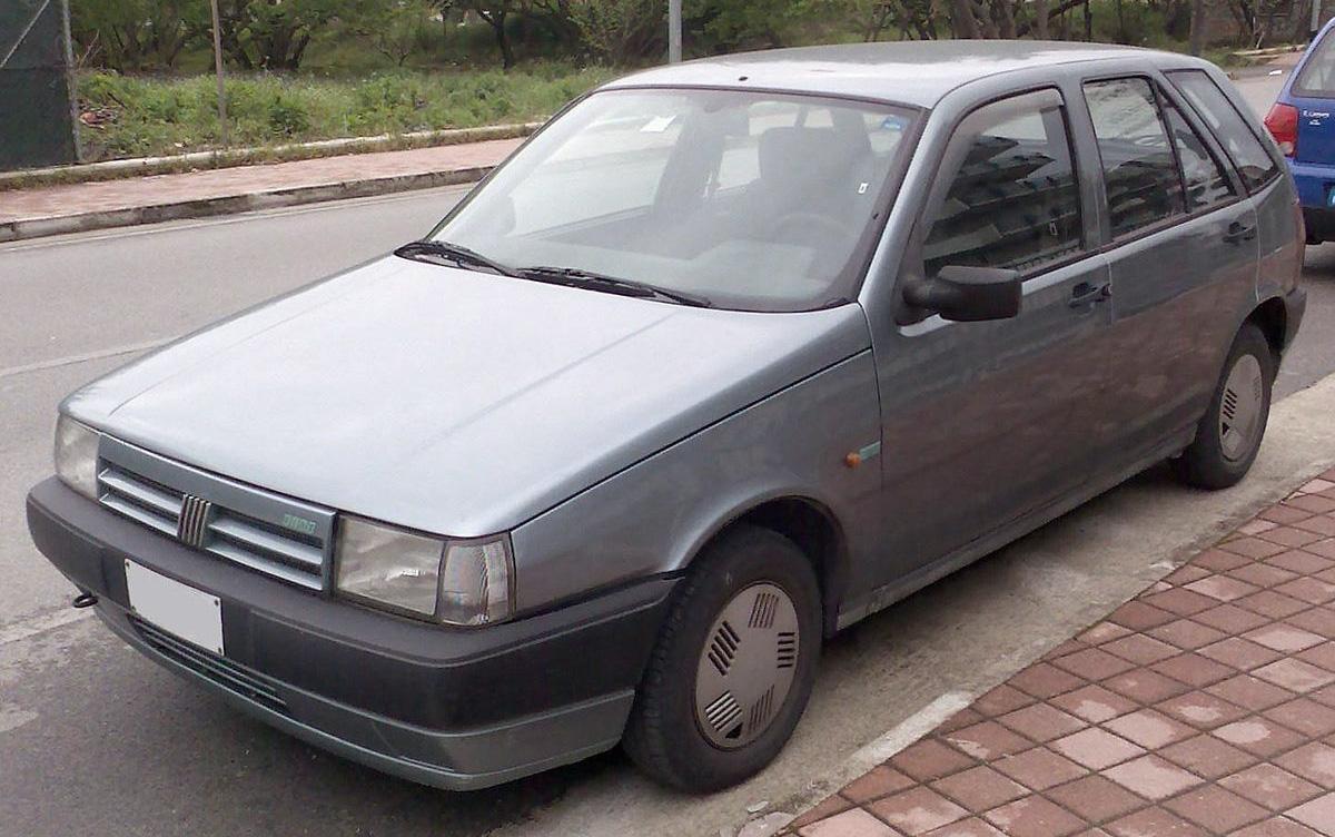 Un vecchio modello dell'automobile Fiat Tipo
