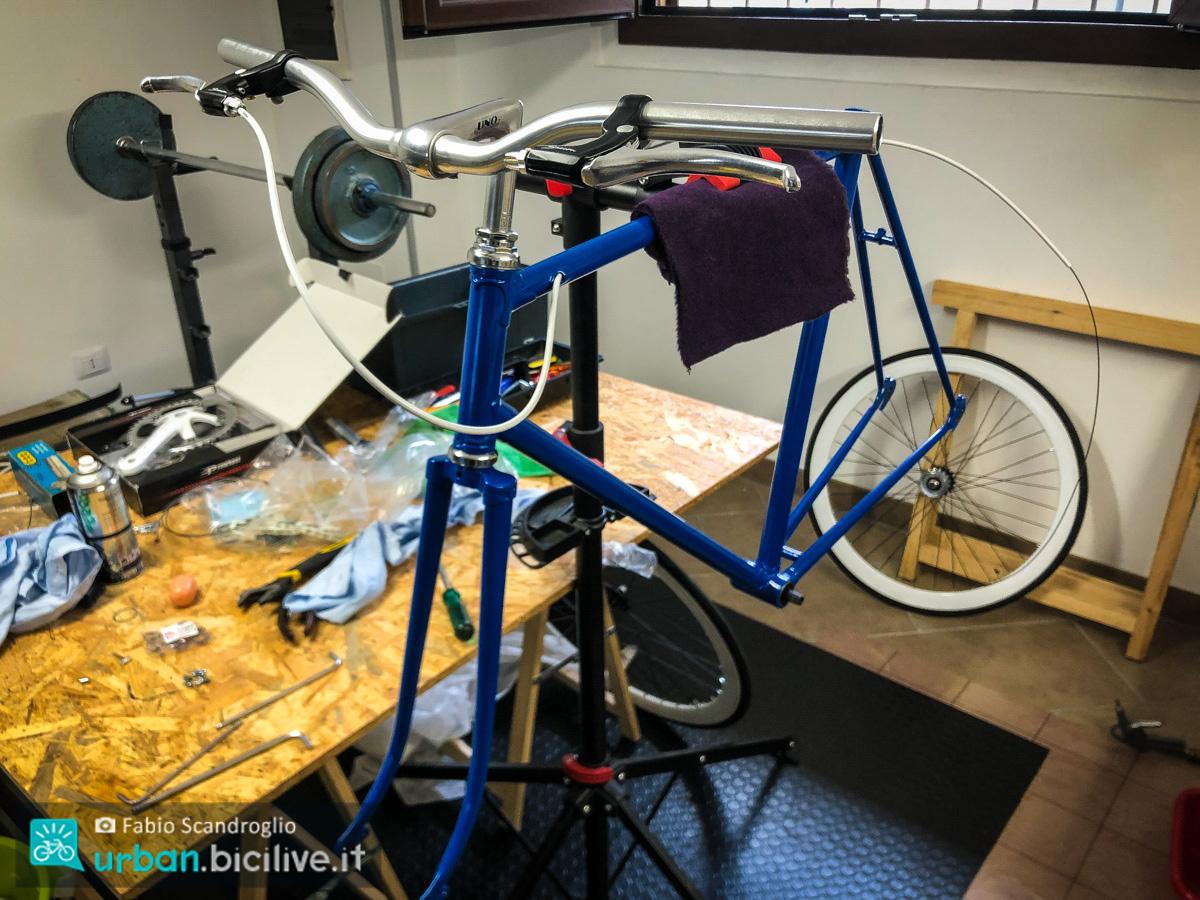 foto di una bici in assemblamento