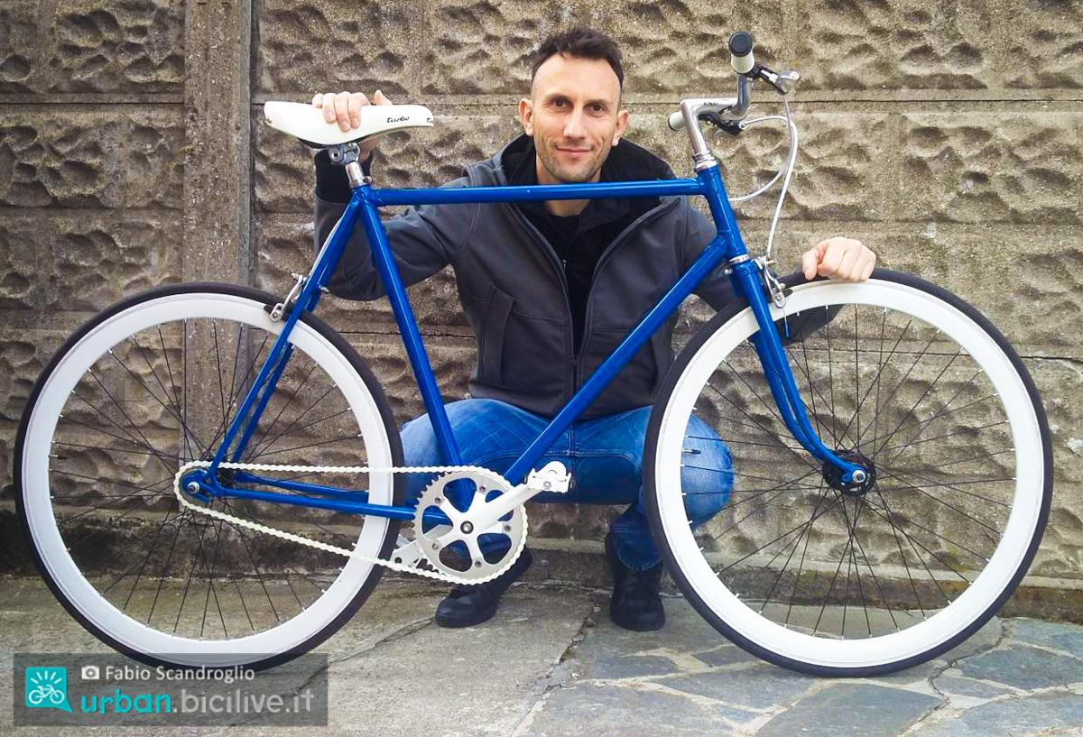 foto di fabio scandroglio con una bici fixed
